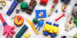 Les enfants jouent, accompagnés par les mamans et les papás. Jeux pour tout petits: À rechercher jouets!